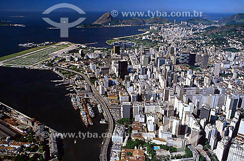 Vista aéra do Centro do Rio de Janeiro mostrando o Mosteiro de São Bento no canto inferior, parte do Porto com navios ancorados, o Aeroporto Santos Dumont à esquerda e o Pão de Açúcar ao fundo - RJ - Brasil  - Rio de Janeiro - Rio de Janeiro - Brasil