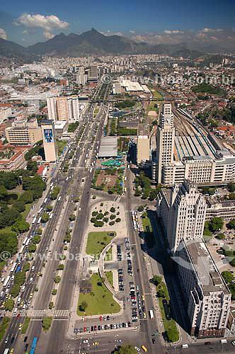 Vista aérea do Centro da cidade do Rio de Janeiro, mostrando a Av. Presidente Vargas, com o prédio do Ministério da Guerra, atual Palácio Duque de Caxias com a torre e o relógio da Central do Brasil (Estrada de Ferro Central do Brasil), construída no governo de Getúlio Vargas em estilo art déco à direita - RJ - Brasil  - Rio de Janeiro - Rio de Janeiro - Brasil