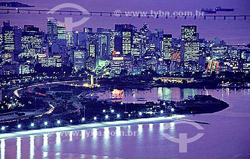 Vista aérea do Aterro do Flamengo   ao pôr-do-sol - Centro do Rio de Janeiro e a Ponte Rio-Niterói ao fundo - RJ - Brasil   Mais conhecido como Aterro do Flamengo, o Parque Brigadeiro Eduardo Gomes é a mais extensa área de lazer da cidade. Construído sobre aterramento de 1,2 milhão de metros quadrados tomados ao mar, abrange uma faixa de terra que se estende do Aeroporto Santos Dumont até o Morro da Viúva, em Botafogo. O projeto, inaugurado em 1964 e tombado em 1965, foi coordenado por Maria Carlota (Lota) Macedo Soares e os projetos arquitetônico e paisagístico são respectivamente de Affonso Eduardo Reidy e Burle Marx.  é Patrimônio Histórico Nacional desde 28-07-1965.  - Rio de Janeiro - Rio de Janeiro - Brasil