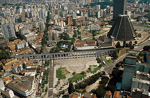 Vista aérea do centro da cidade do Rio de Janeiro com os Arcos da Lapa   e a Catedral - RJ - Brasil / Data: 2003  Aqueduto em estilo romano do século XVIII (Rio colonial), com uma dupla arcada de 42 arcos. Patrimônio Histórico Nacional desde 05-04-1938.