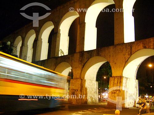 Arcos da Lapa   à noite com ônibus passando em alta velocidade - Rio de Janeiro - RJ - Brasil   Aqueduto em estilo romano do século XVIII (Rio colonial), com uma dupla arcada de 42 arcos. Patrimônio Histórico Nacional desde 05-04-1938.   - Rio de Janeiro - Rio de Janeiro - Brasil