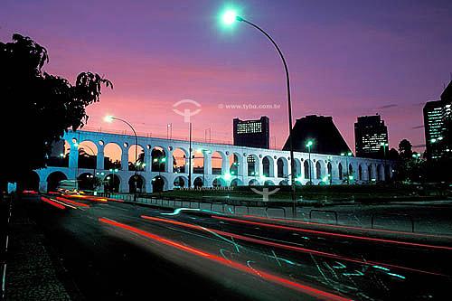 Arcos da Lapa   à noite com Catedral Metropolitana ao fundo  -  Centro do Rio de Janeiro - RJ - Brasil  Aqueduto em estilo romano do século XVIII (Rio colonial), com uma dupla arcada de 42 arcos. Patrimônio Histórico Nacional desde 05-04-1938.   - Rio de Janeiro - Rio de Janeiro - Brasil