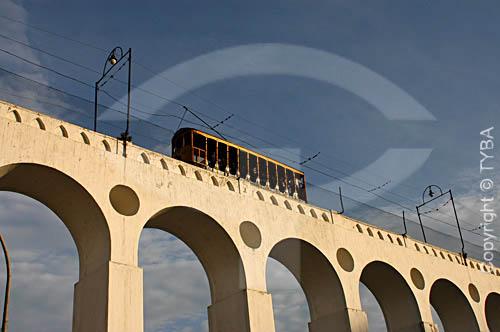 Bondinho passando sobre os Arcos da Lapa   no centro do Rio de Janeiro - RJ - Brasil / Data: 2004  Aqueduto em estilo romano do século XVIII (Rio colonial), com uma dupla arcada de 42 arcos. Patrimônio Histórico Nacional desde 05-04-1938.