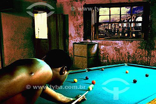 Cenas da vida urbana - Malandro jogando sinuca à noite no bairro boêmio da Lapa com os Arcos da Lapa ao fundo - Rio de Janeiro - RJ - Brasil(modelo jose roberto barcelos)   - Rio de Janeiro - Rio de Janeiro - Brasil