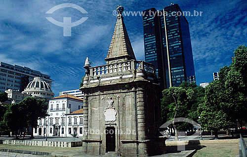Assunto: Chafariz do Mestre Valentim - Também conhecido como Chafariz da Pirâmide com o Edifício do Centro Cândido Mendes ao fundo / Local: Rio de Janeiro (RJ) - Brasil / Data: 05/2007