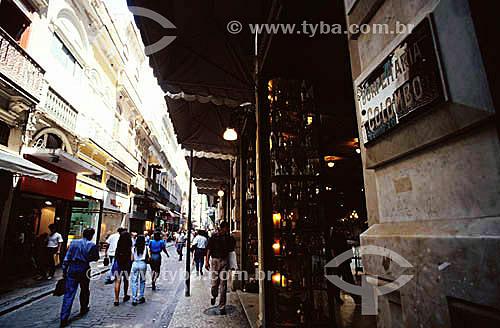 Pessoas caminhando na Rua Gonçalves Dias -  Entrada da Confeitaria Colombo - Centro do Rio de Janeiro - RJ - Brasil  - Rio de Janeiro - Rio de Janeiro - Brasil