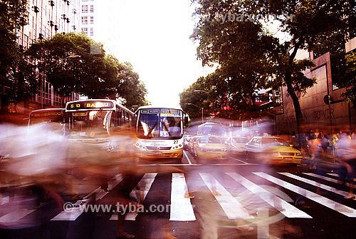 Assunto: Pedestres atravessando a Avenida Rio Branco - centro da cidade / Local: Rio de Janeiro (RJ) - Brasil / Data: 02/2008