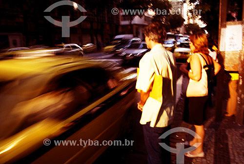 Pedestres esperando para atravessar a Avenida Rio Branco no centro do Rio de Janeiro - RJ - Brasil / Data: 2007