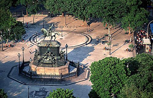 Inaugurada em 1862, a estátua eqüestre de D. Pedro I (1) , foi encomendada por D. Pedro II e representa o Imperador ao proclamar a Independência do Brasil -  Praça Tiradentes (2) - centro da cidade do Rio de Janeiro - RJ - Brasil. Data: 1999(1) É Patrimônio Histórico Nacional desde 04-03-1999.(2)  Chamada de Praça Tiradentes desde 1890, já teve também os seguintes nomes: Largo do Rossio Grande,  Campo dos Ciganos (1747), Campo da Lampadosa (1808), Campo do Polé e depois de 1822 foi a Praça da Constituição.
