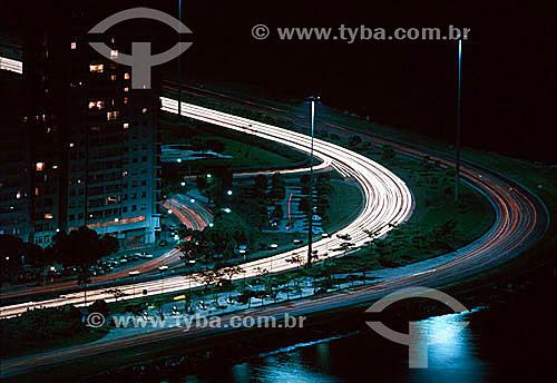 Vista noturna parcial do Aterro do Flamengo ou Parque do Flamengo com a luz dos carros em suas avenidas de alta velocidade - RJ - Brasil  - Rio de Janeiro - Rio de Janeiro - Brasil