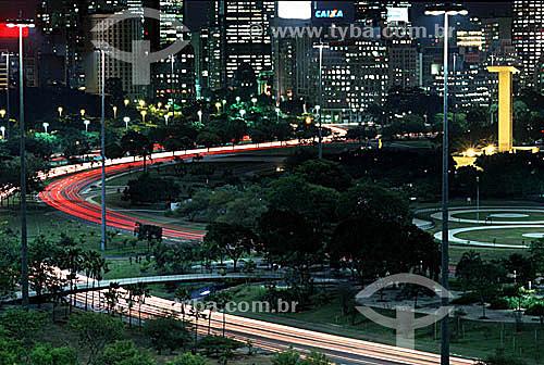Vista noturna de parte do Aterro do Flamengo ou Parque do Flamengo   com suas avenidas, o Monumento aos Mortos da Segunda Guerra Mundial - Monumento aos Pracinhas - à direita e os prédios iluminados - centro da cidade do Rio de Janeiro ao fundo - RJ - Brasil  Mais conhecido como Aterro do Flamengo, o Parque Brigadeiro Eduardo Gomes é a mais extensa área de lazer da cidade. Construído sobre aterramento de 1,2 milhão de metros quadrados tomados ao mar, abrange uma faixa de terra que se estende do Aeroporto Santos Dumont até o Morro da Viúva, em Botafogo. O projeto, inaugurado em 1964 e tombado em 1965, foi coordenado por Maria Carlota (Lota) Macedo Soares e os projetos arquitetônico e paisagístico são respectivamente de Affonso Eduardo Reidy e Burle Marx.  - Rio de Janeiro - Rio de Janeiro - Brasil