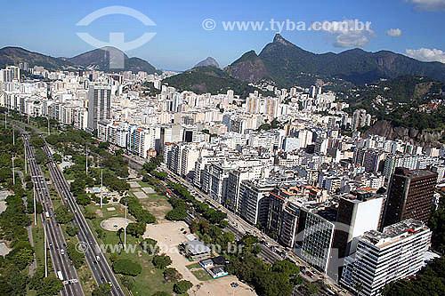 Vista aérea do Aterro do Flamengo   com Corcovado ao fundo - Rio de Janeiro - RJ - Brasil - 14/7/2005  Mais conhecido como Aterro do Flamengo, o Parque Brigadeiro Eduardo Gomes é a mais extensa área de lazer da cidade. Construído sobre aterramento de 1,2 milhão de metros quadrados tomados ao mar, abrange uma faixa de terra que se estende do Aeroporto Santos Dumont até o Morro da Viúva, em Botafogo. O projeto, inaugurado em 1964, foi coordenado por Maria Carlota (Lota) Macedo Soares e os projetos arquitetônico e paisagístico são respectivamente de Affonso Eduardo Reidy e Burle Marx.  é Patrimônio Histórico Nacional desde 28-07-1965.  - Rio de Janeiro - Rio de Janeiro - Brasil