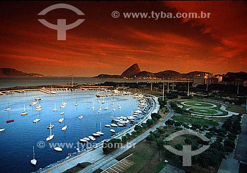 Barcos na Marina da Glória em primeiro plano, com parte do Aterro do Flamengo ou Parque do Flamengo à direita e entrada da Baía da Guanabara com o Pão de Açúcar   ao fundo - Glória - RJ - Brasil (filtro colorido).  é comum chamarmos de Pão de Açúcar, o conjunto da formação rochosa que inclui o Morro da Urca e o próprio Morro do Pão de Açúcar (o mais alto dos dois). Nesta foto, o pequeno Morro Cara de Cão, onde foi construído o Forte São João em 1578, é visto à esquerda como a parte mais baixa  e avançada sobre a Baía do mesmo complexo.  - Rio de Janeiro - Rio de Janeiro - Brasil