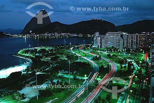 Vista noturna de parte do Aterro do Flamengo ou Parque do Flamengo (1) com suas avenidas, prédios iluminados e o Pão de Açúcar ao fundo (2) -  Rio de Janeiro - RJ - Brasil(1) Mais conhecido como Aterro do Flamengo, o Parque Brigadeiro Eduardo Gomes é a mais extensa área de lazer da cidade. Construído sobre aterramento de 1,2 milhão de metros quadrados tomados ao mar, abrange uma faixa de terra que se estende do Aeroporto Santos Dumont até o Morro da Viúva, em Botafogo. O projeto, inaugurado em 1964, foi coordenado por Maria Carlota (Lota) Macedo Soares e os projetos arquitetônico e paisagístico são respectivamente de Affonso Eduardo Reidy e Burle Marx.  É Patrimônio Histórico Nacional desde 28-07-1965.(2) É comum chamarmos de Pão de Açúcar, o conjunto da formação rochosa que inclui o Morro da Urca e o próprio Morro do Pão de Açúcar (o mais alto dos dois). Nesta foto, o pequeno Morro Cara de Cão onde foi construído o Forte São João em 1578, é visto à esquerda como a parte mais baixa  e avançada sobre a Baía do mesmo complexo. O conjunto rochoso é Patrimônio Histórico Nacional desde 08-08-1973.  - Rio de Janeiro - Rio de Janeiro - Brasil