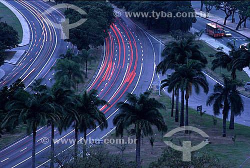 Detalhe gráfico das luzes dos carros cruzando as avenidas do Aterro do Flamengo (Parque do Flamengo), no crepúsculo - Rio de Janeiro - RJ - Brasil  - Rio de Janeiro - Rio de Janeiro - Brasil