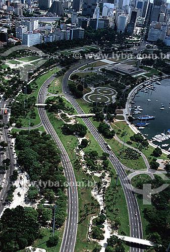 Vista aérea do Aterro do Flamengo ou Parque do Flamengo (1)com seus jardins e avenidas em primeiro plano, o Monumento aos Mortos da Segunda Guerra Mundial - Monumento aos Pracinhas - e parte da Marina da Glória à direita e os prédios do Centro da cidade no alto ao fundo, dos quais se destacam os Arcos da Lapa (2) , a Catedral Metropolitana à esquerda e o Teatro Municipal (3) à direita - Centro do Rio de Janeiro - RJ - Brasil(1) Mais conhecido como Aterro do Flamengo, o Parque Brigadeiro Eduardo Gomes é a mais extensa área de lazer da cidade. Construído sobre aterramento de 1,2 milhão de metros quadrados tomados ao mar, abrange uma faixa de terra que se estende do Aeroporto Santos Dumont até o Morro da Viúva, em Botafogo. O projeto, inaugurado em 1964, foi coordenado por Maria Carlota (Lota) Macedo Soares e os projetos arquitetônico e paisagístico são respectivamente de Affonso Eduardo Reidy e Burle Marx.  É Patrimônio Histórico Nacional desde 28-07-1965.(2) Aqueduto em estilo romano do século XVIII (Rio colonial), com uma dupla arcada de 42 arcos. Patrimônio Histórico Nacional desde 05-04-1938.  - Rio de Janeiro - Rio de Janeiro - Brasil