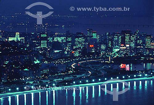 Vista aérea noturna do Aterro do Flamengo, com os prédios iluminados do centro da cidade do Rio de Janeiro e a Ponte Rio-Niterói ao fundo - RJ - Brasil  - Rio de Janeiro - Rio de Janeiro - Brasil