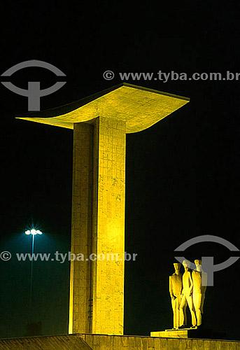Monumento aos Mortos da Segunda Guerra Mundial - Monumento aos Pracinhas - construído entre 1957 e 1960 - Aterro do Flamengo (Parque do Flamengo) à noite - Rio de Janeiro - RJ - Brasil  - Rio de Janeiro - Rio de Janeiro - Brasil
