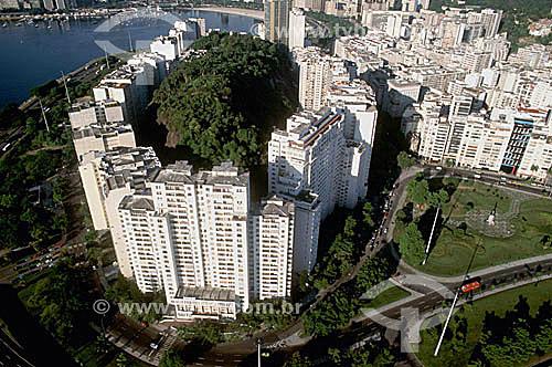 Vista aérea do Morro da Viúva cercada de prédios - final do bairro de Botafogo - Aterro do Flamengo ou Parque do Flamengo - RJ - Brasil  Mais conhecido como Aterro do Flamengo, o Parque Brigadeiro Eduardo Gomes é a mais extensa área de lazer da cidade. Construído sobre aterramento de 1,2 milhão de metros quadrados tomados ao mar, abrange uma faixa de terra que se estende do Aeroporto Santos Dumont até o Morro da Viúva, em Botafogo. O projeto, inaugurado em 1964, foi coordenado por Maria Carlota (Lota) Macedo Soares e os projetos arquitetônico e paisagístico são respectivamente de Affonso Eduardo Reidy e Burle Marx.  é Patrimônio Histórico Nacional desde 28-07-1965.  - Rio de Janeiro - Rio de Janeiro - Brasil