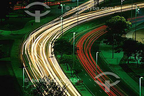 Detalhe gráfico das luzes dos carros cruzando as avenidas do Aterro do Flamengo (Parque do Flamengo) à noite - Rio de Janeiro - RJ - Brasil  - Rio de Janeiro - Rio de Janeiro - Brasil