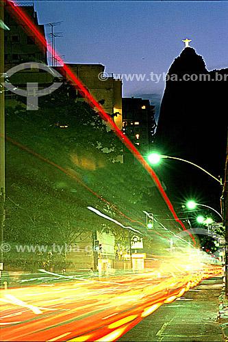Cristo Rendentor no crepúsculo visto da Rua São Clemente. Abaixo, efeito gráfico das luzes dos carros - Botafogo - Rio de Janeiro - RJ - Brasil  - Rio de Janeiro - Rio de Janeiro - Brasil