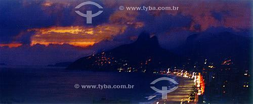 Morro do Dois Irmãos   e a praia de Ipanema à noite - Rio de Janeiro - RJ - Brasil  OMorro Dois Irmãos é Patrimônio Histórico Nacional desde 08-08-1973.  - Rio de Janeiro - Rio de Janeiro - Brasil