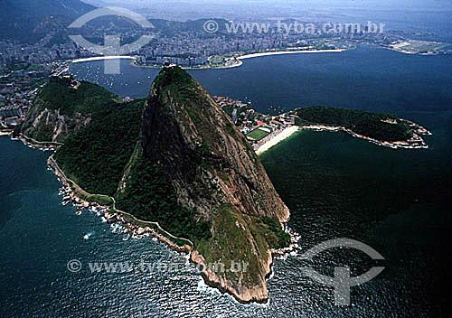 Foto aérea do Pão de Açúcar mostrando em primeiro plano à direita, uma área pertencente ao Exército Brasileiro e o Morro Cara de Cão. Ao fundo, da esquerda para a direita: a praia de Botafogo, a praia do Flamengo e o Aeroporto Santos Dumont  - Rio de Janeiro - Rio de Janeiro - Brasil