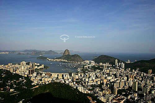 Vista aérea dos prédios da enseada de Botafogo com o Pão de Açúcar e o bairro da Urca em sua base com a cidade de Niterói ao fundo  - Rio de Janeiro - Rio de Janeiro - Brasil