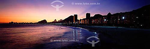 Praia de Copacabana ao pôr-do-sol com o Morro dos Dois Irmãos e a Pedra da Gávea à esquerda, ao fundo. - Rio de Janeiro - RJ - Brasil  - Rio de Janeiro - Rio de Janeiro - Brasil
