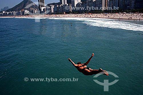 Homem mergulhando no mar da Praia de Copacabana - Rio de Janeiro - RJ - Brasil  - Rio de Janeiro - Rio de Janeiro - Brasil