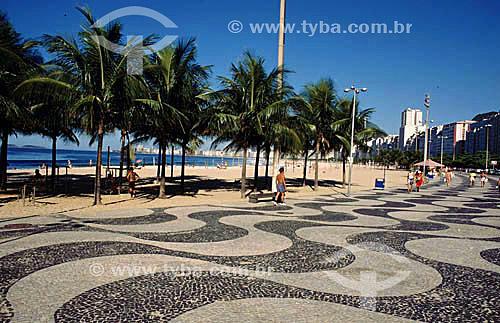 Calçadão de Copacabana e coqueiros - Rio de Janeiro - RJ - Brasil  A Avenida Atlântica foi inaugurada em 1906 com apenas uma pista. A forma atual data de 1970 e o projeto paisagístico é de Roberto Burle Marx, que manteve do calçadão antigo tanto as pedras portuguesas quanto o padrão gráfico de