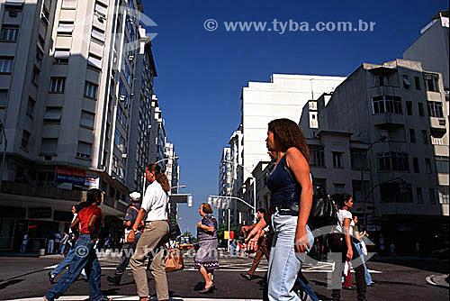 Pedestres atravessando a Av. Nossa Senhora de Copacabana - Copacabana - Rio de Janeiro - RJ - Brasil  - Rio de Janeiro - Rio de Janeiro - Brasil