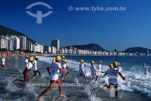 Crianças em aula de natação no mar  - Rio de Janeiro - Rio de Janeiro - Brasil