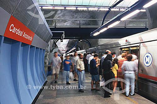 Pessoas entrando em vagão do metrô de Copacabana, Estação Cardeal Arcoverde - Rio de Janeiro - RJ - Brasil  - Rio de Janeiro - Rio de Janeiro - Brasil
