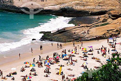 Pessoas na praia do Diabo com a pedra do Arpoador ao fundo - Rio de Janeiro - RJ - Brasil  - Rio de Janeiro - Rio de Janeiro - Brasil