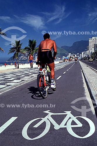 Ciclista na ciclovia da Praia de Ipanema - Rio de Janeiro - RJ - Brasil  - Rio de Janeiro - Rio de Janeiro - Brasil