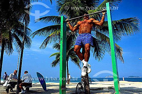 Homem exercitando-se em barra na Praia de Ipanema e dois senhores jogando xadrez à esquerda - Rio de Janeiro - RJ - Brasil  - Rio de Janeiro - Rio de Janeiro - Brasil