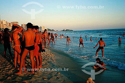 Jovens conversando, jogando frescoball e mergulhando na Praia de Ipanema ao cair do sol - Rio de Janeiro - RJ - Brasil  - Rio de Janeiro - Rio de Janeiro - Brasil