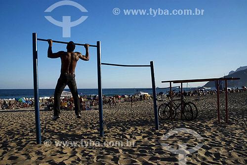 Homem fazendo barra - Exercício na praia de Ipanema - Rio de Janeiro - RJ - Brasil  - Rio de Janeiro - Rio de Janeiro - Brasil