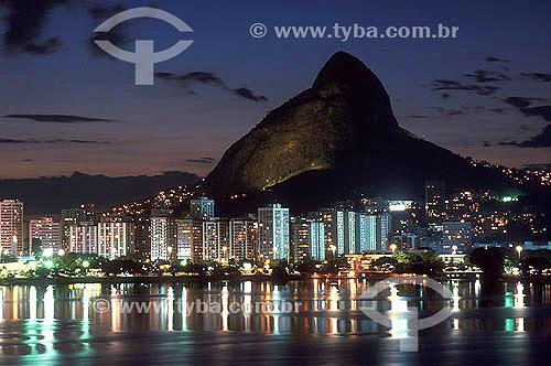 Lagoa Rodrigo de Freitas (1) à noite com o Morro Dois Irmãos (2) ao fundo - Rio de Janeiro - RJ - Brasil / Data: 2009(1) Patrimônio Histórico Nacional desde 19-06-2000.(2) O Morro Dois Irmãos é Patrimônio Histórico Nacionai desde 08-08-1973.