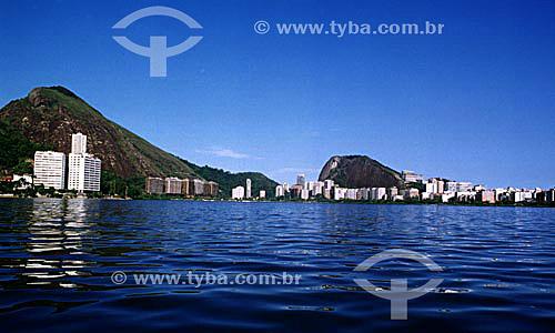Vista do meio da Lagoa Rodrigo de Freitas   tendo ao fundo prédios situados nas encostas dos morros da Catacumba e do Cantagalo (da esquerda para a direita) - Rio de Janeiro - RJ - Brasil  Patrimônio Histórico Nacional desde 19-06-2000.  - Rio de Janeiro - Rio de Janeiro - Brasil