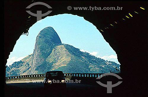 Carro entrando em túnel do Elevado do Joá com o Morro Dois Irmãos   ao fundo - Rio de Janeiro - RJ - Brasil  Patrimônio Histórico Nacional desde 08-08-1973.  - Rio de Janeiro - Rio de Janeiro - Brasil