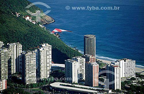 Asa-delta sobrevoando os prédios de São Conrado e o Shopping Fashion Mall  - Rio de Janeiro - RJ - Brasil  - Rio de Janeiro - Rio de Janeiro - Brasil