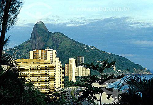 Vista de prédios de São Conrado atrás de árvores com o Morro Dois Irmãos   ao fundo - Rio de Janeiro - RJ - Brasil  Patrimônio Histórico Nacional desde 08-08-1973.  - Rio de Janeiro - Rio de Janeiro - Brasil
