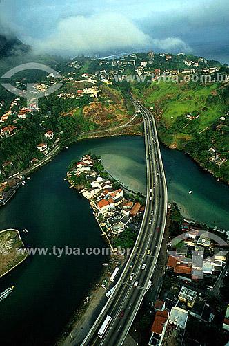 Vista aérea do Elevado do Joá sobre o Canal de Marapendi, na entrada da Barra da Tijuca com as mansões na encosta da Joatinga acima do elevado - Rio de Janeiro - RJ - Brasil  - Rio de Janeiro - Rio de Janeiro - Brasil