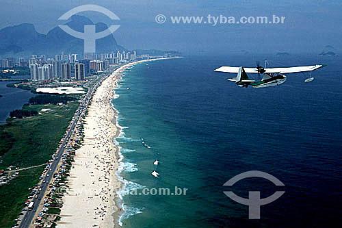 Assunto: Vista aérea de ultraleve sobrevoando a Praia da Barra da Tijuca com a Pedra da Gávea ao fundo / Local: Rio de Janeiro (RJ) - Brasil / Data: 2003