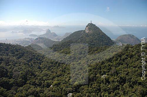 Vista aérea do Cristo Redentor no Morro do Corcovado na floresta da Tijuca, com o Pão de Açúcar ao fundo - Rio de Janeiro - RJ - Brasil / Data: Março de 2005