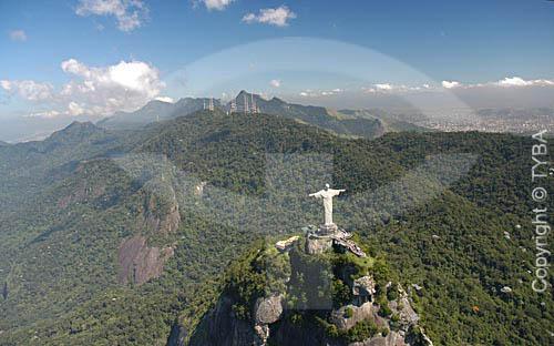 Vista aérea do Cristo Redentor sobre o Morro do Corcovado - Rio de Janeiro - RJ - Brasil  foto digital / Data: Março de 2005