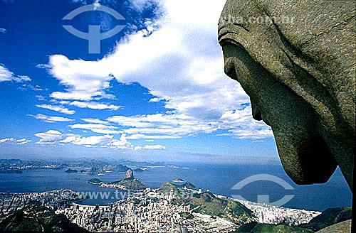 Detalhe da cabeça da estátua do Cristo Redentor olhando para os prédios da enseada de Botafogo em primeiro plano, o Pão de Açúcar, a entrada da Baía de Guanabara e a cidade de Niterói ao fundo - Rio de Janeiro (RJ) - Brasil  / Data: 2006