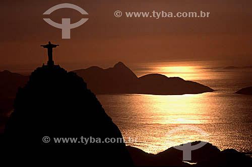 Cristo Redentor ao pôr-do-sol - Rio de Janeiro - RJ - Brasil / Data: 03/1999